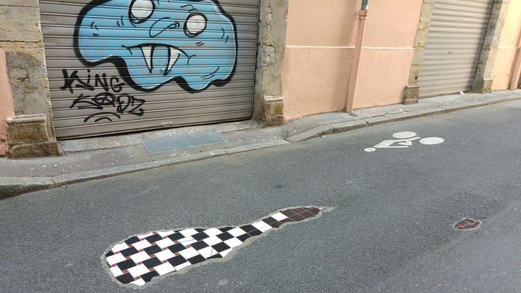 ememem-rue-vieille-lyon-bitume-art