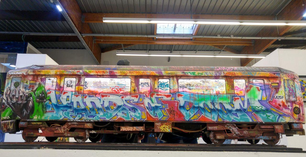 happycurio train graff street art paris