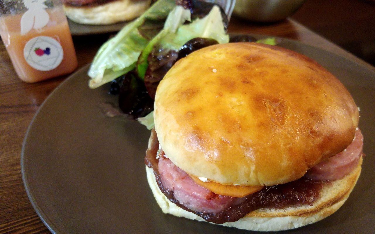 happycurio burger saucisson pistaché daniel et denise