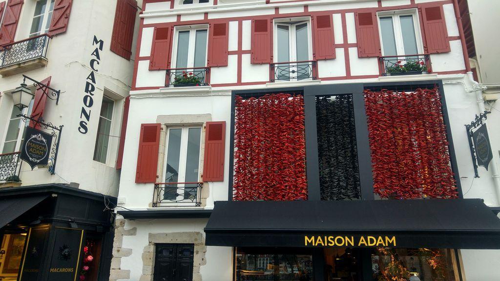 happycurio boutique maison adam st jean de luz ou manger le meilleur gateau basque
