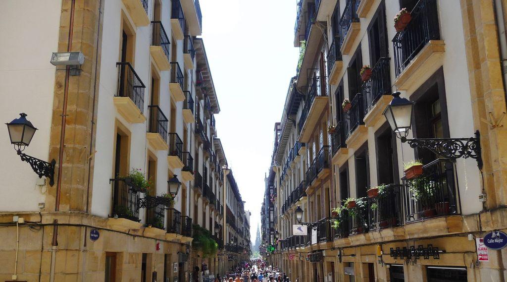 happycurio rues de san sebastian old town