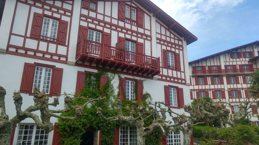 happycurio guetary hotel maison basque