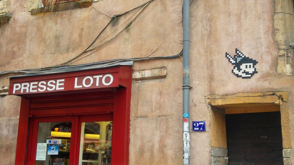 happycurio asterix in the woop street art vieux lyon