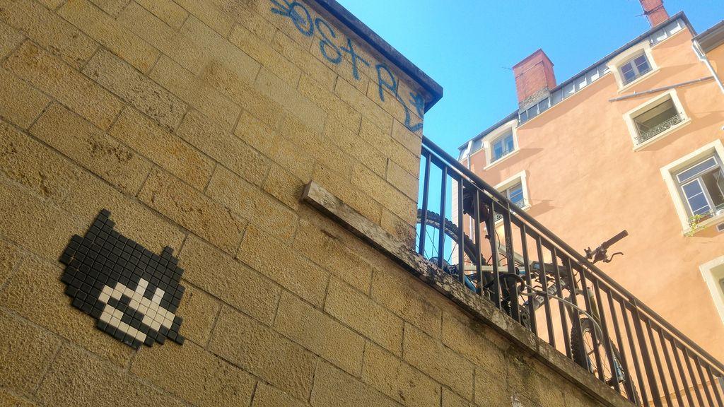 happycurio batman in the woop lyon street art
