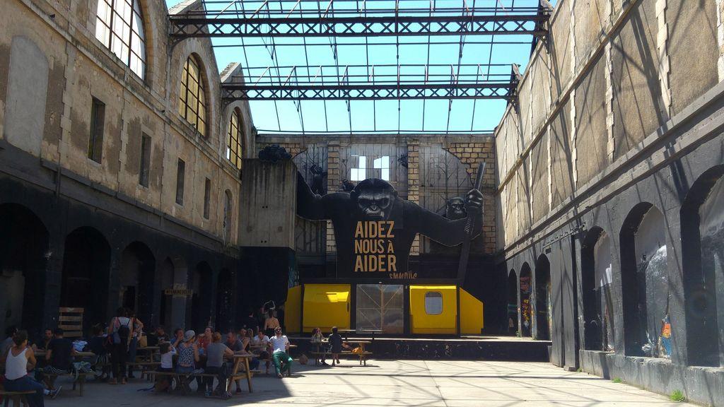 happycurio entrée caserne niel darwin art urbain