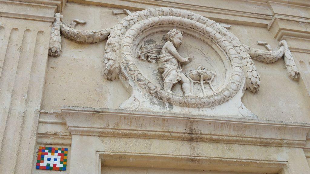 happycurio invader bellecour lyon street art