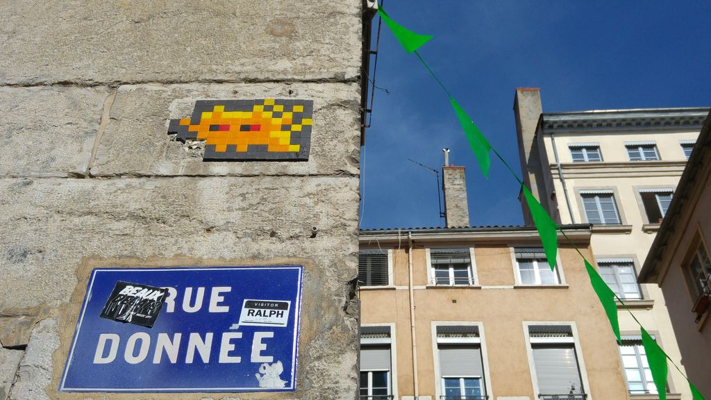 happycurio invader lyon street art presqu'ile