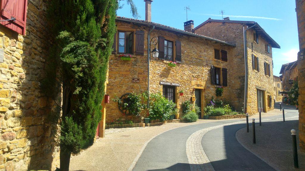happycurio village oingt balade medievale