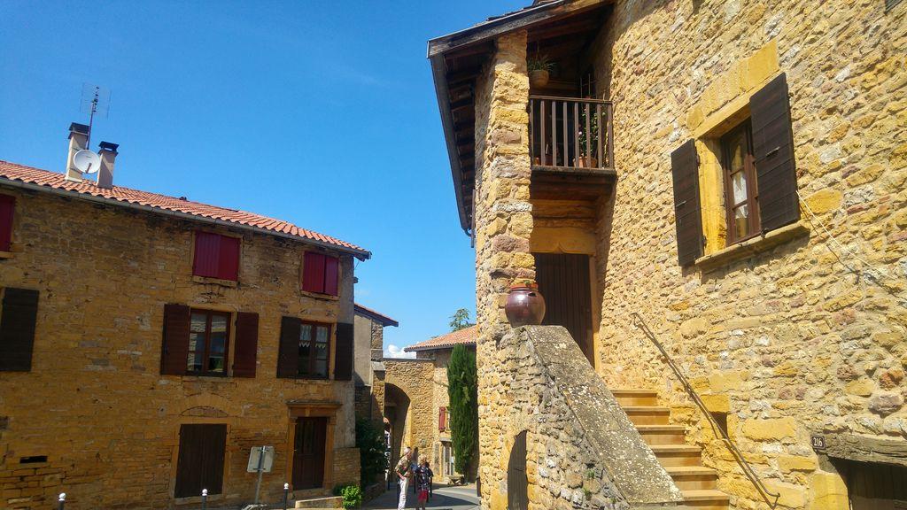 happycurio village typique beaujolais tourisme