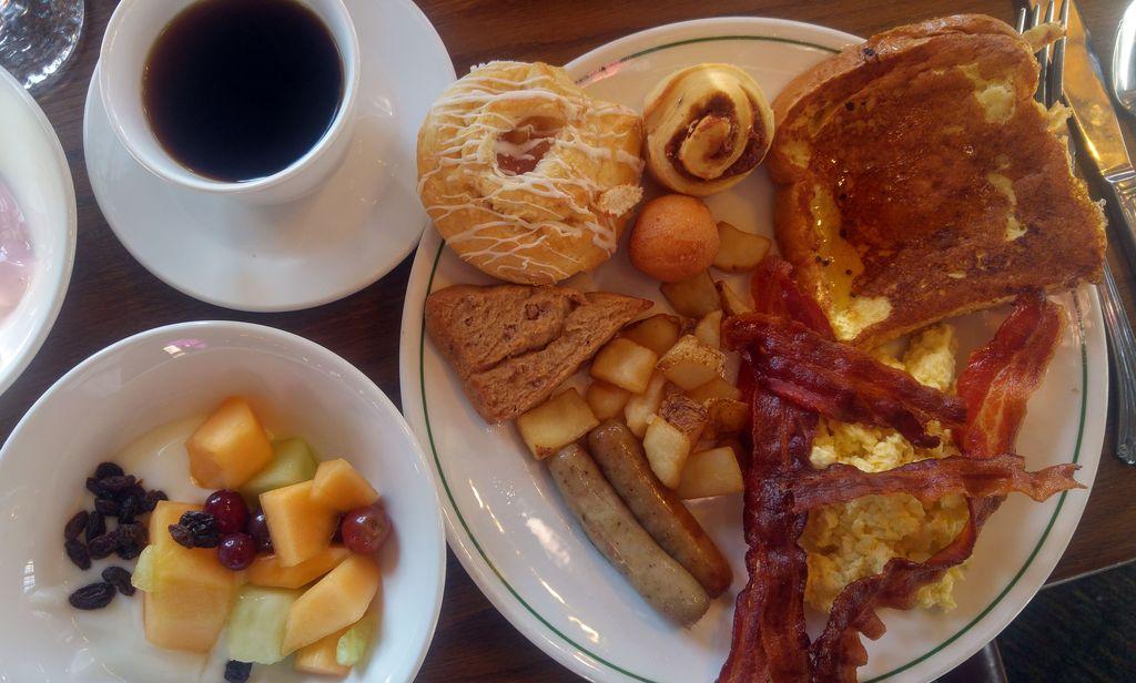 petit dejeuner buffet old faifthful inn