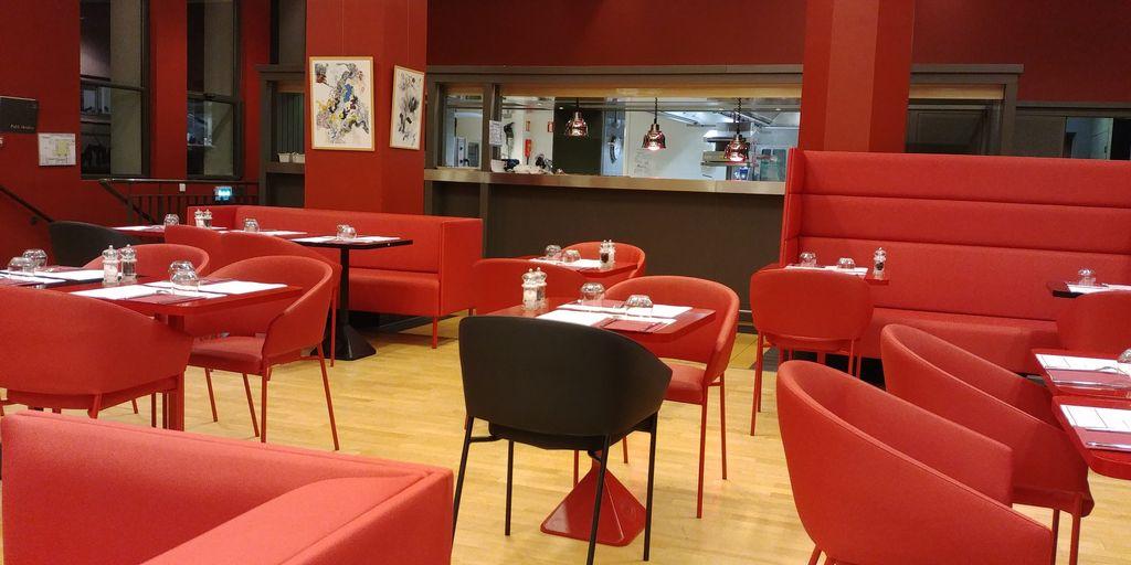 ambiance rouge et noir dans la salle de la brasserie du tnp