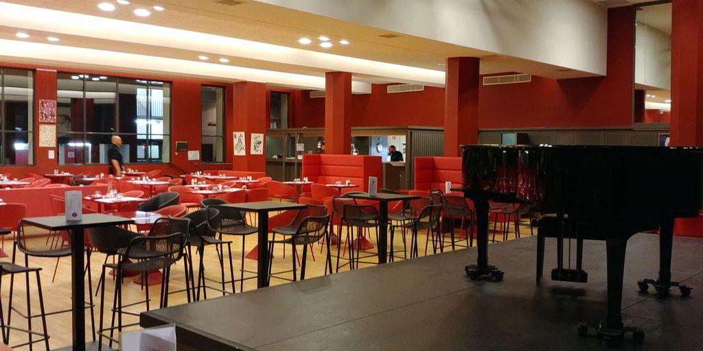 salle du restaurant tnp villeurbanne gratte-ciel