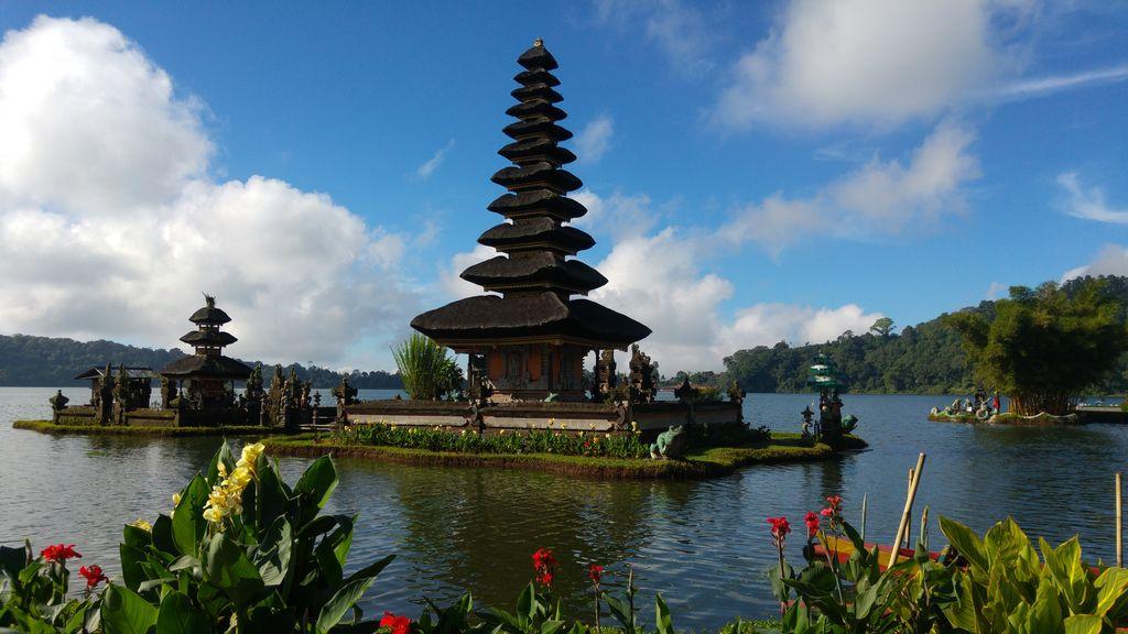 temple sur le lac beratan