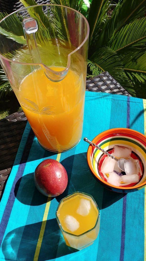 limonade aux fruits de la passion servie dans un verre avec glaçons