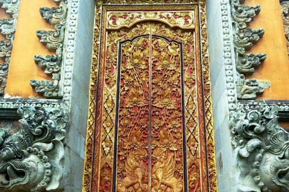 porte en or du water palace ubud