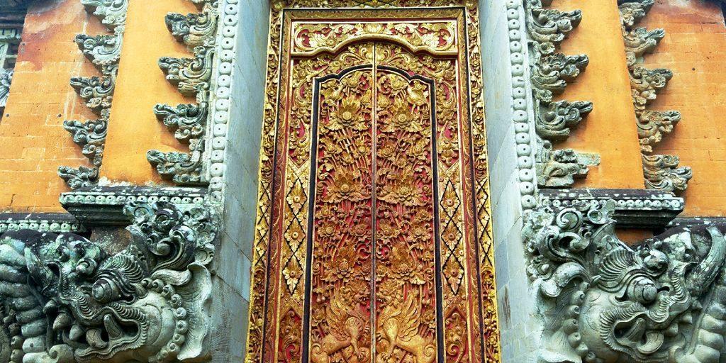porte en or du water palace ubud
