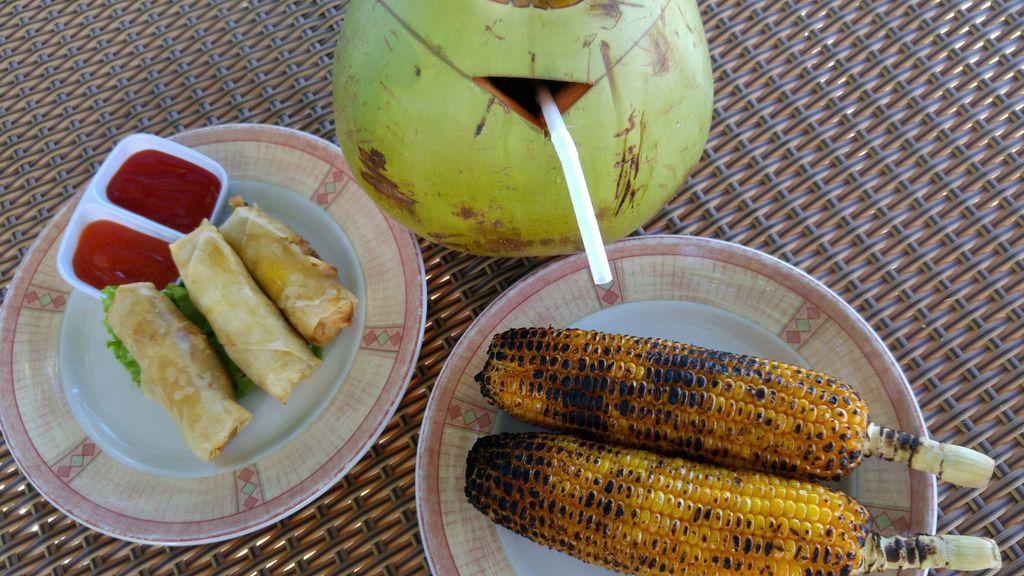 mais grillé, spring rolls et noix de coco