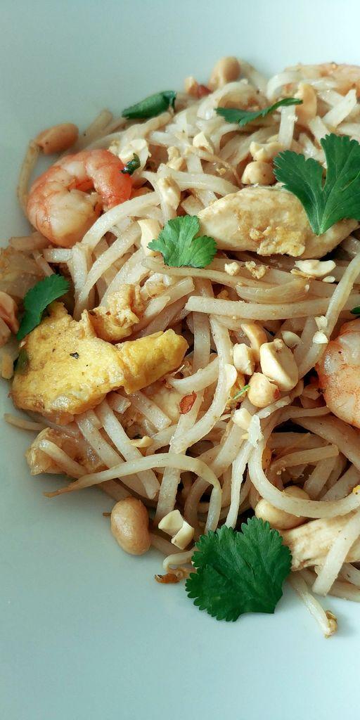 assiette de nouilles sautées thai