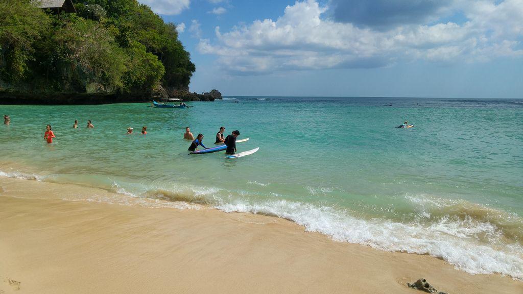 baignade et surfeurs à padang padang beach