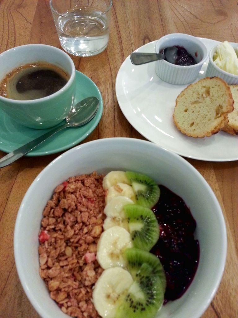 bol de granola, scone et cafe