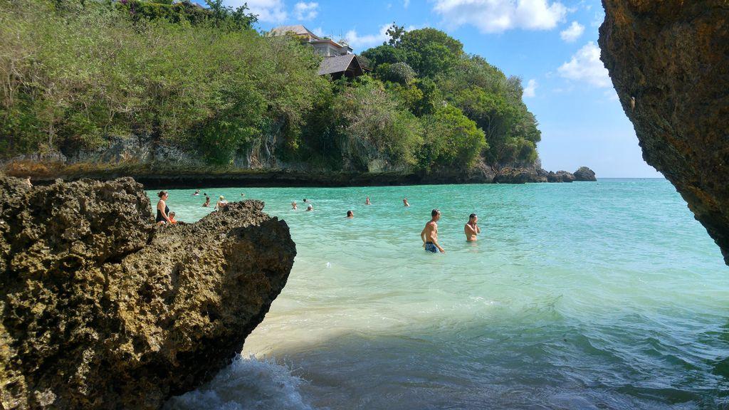 eau turquoise sur la plage de padang padang