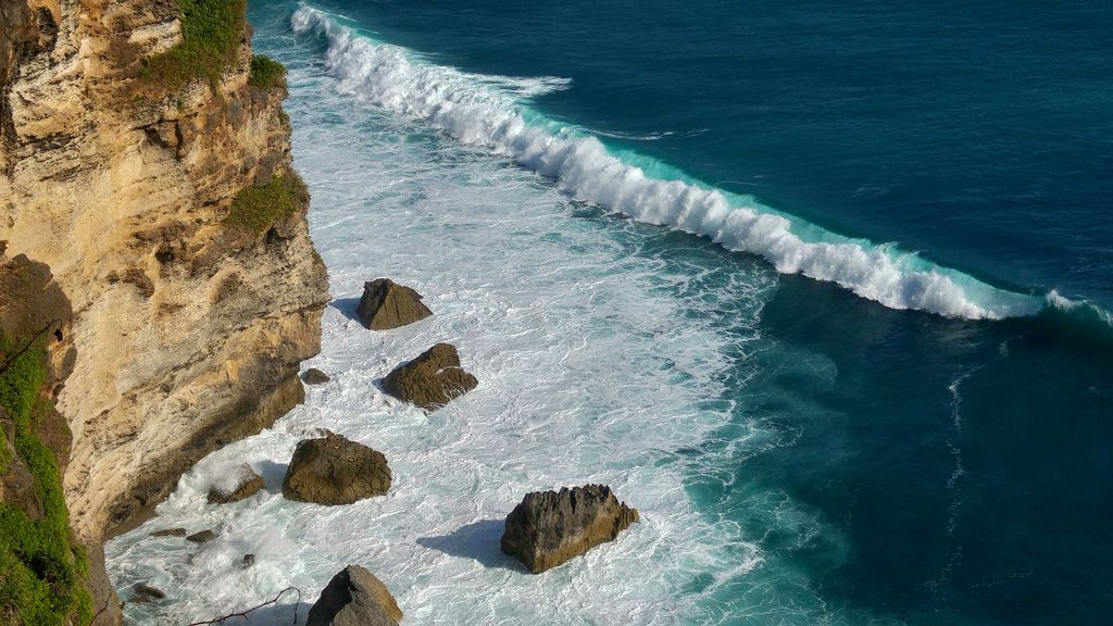 vue plongeante de la falaise d'uluwatu a bali