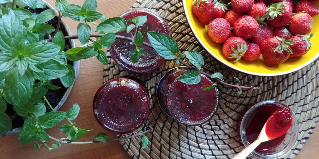 pots de confiture de fraise et menthe poivree