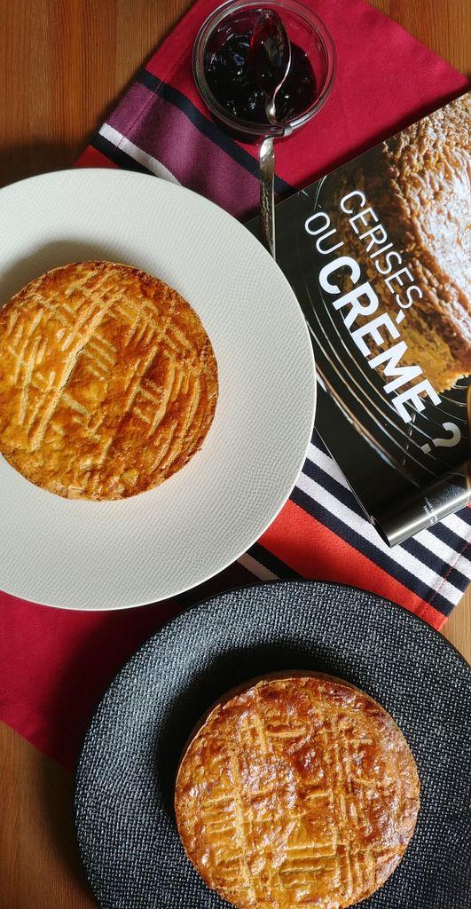 choix entre gâteau basque à la crème ou à la cerise