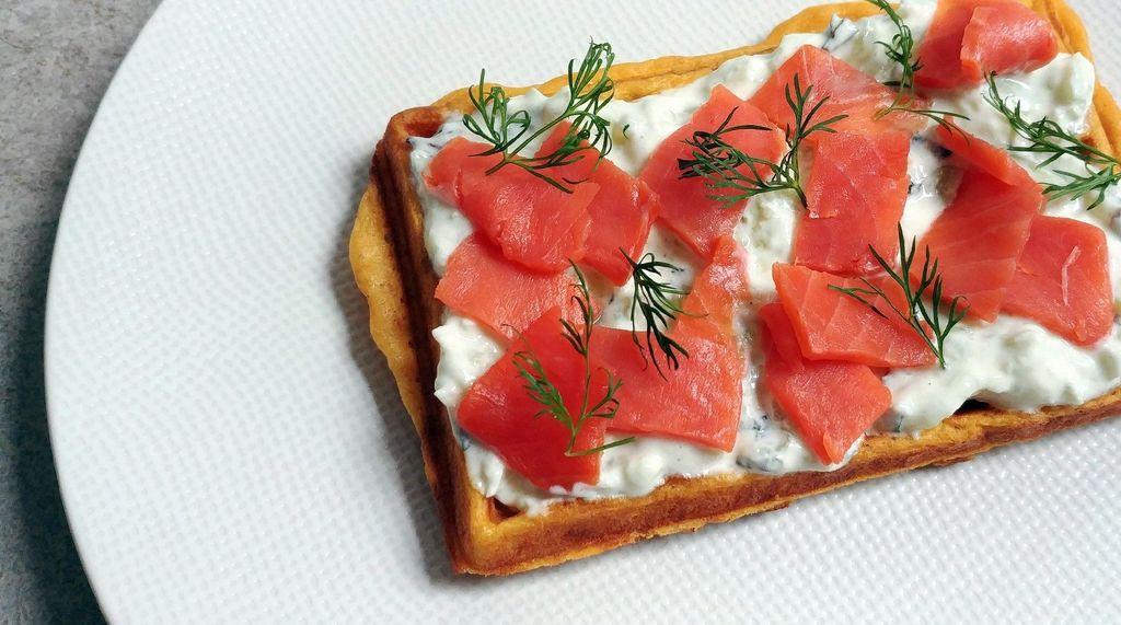 gaufre avec tzatziki, saumon et aneth