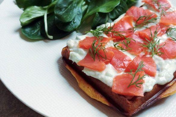 gaufre de patate douce, saumon et sauce tzatziki