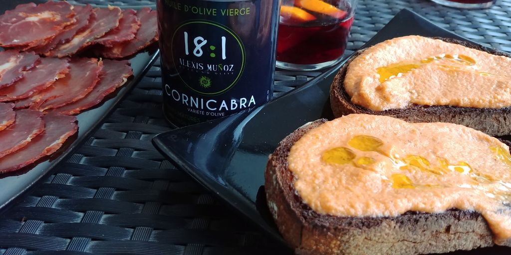 huile cornicabra sur pain tomate