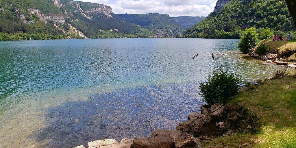 eau transparente du lac de nantua