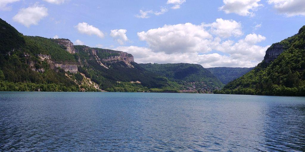 lac de nantua au milieu des falaises