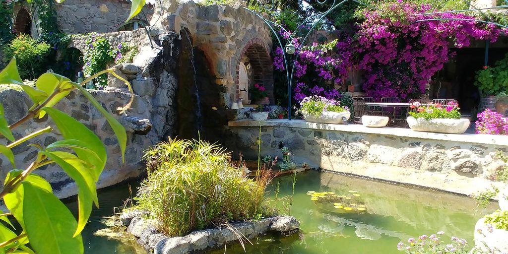 fontaine et fleurs