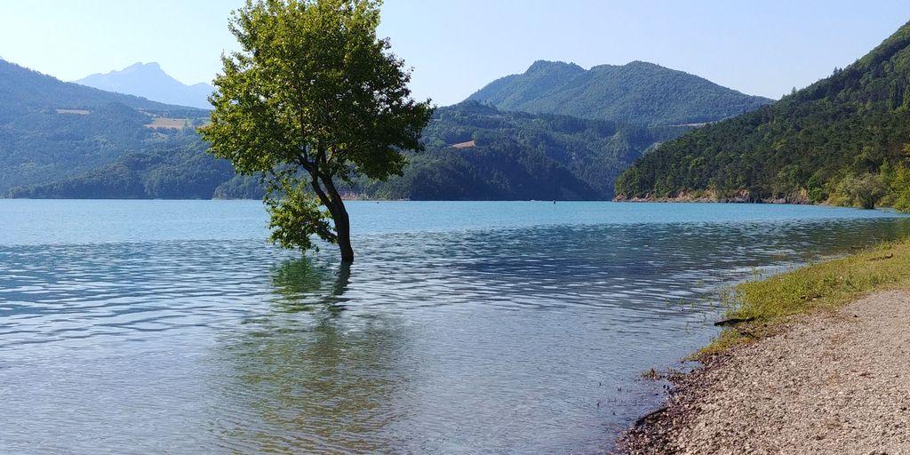 sur le bord du lac monteynard