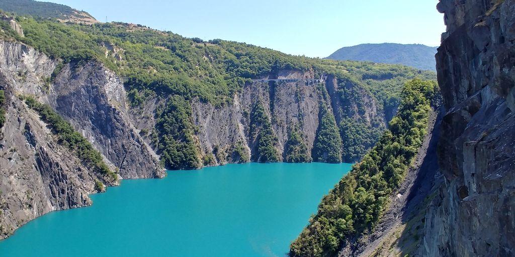 barrage d'eau turquoise