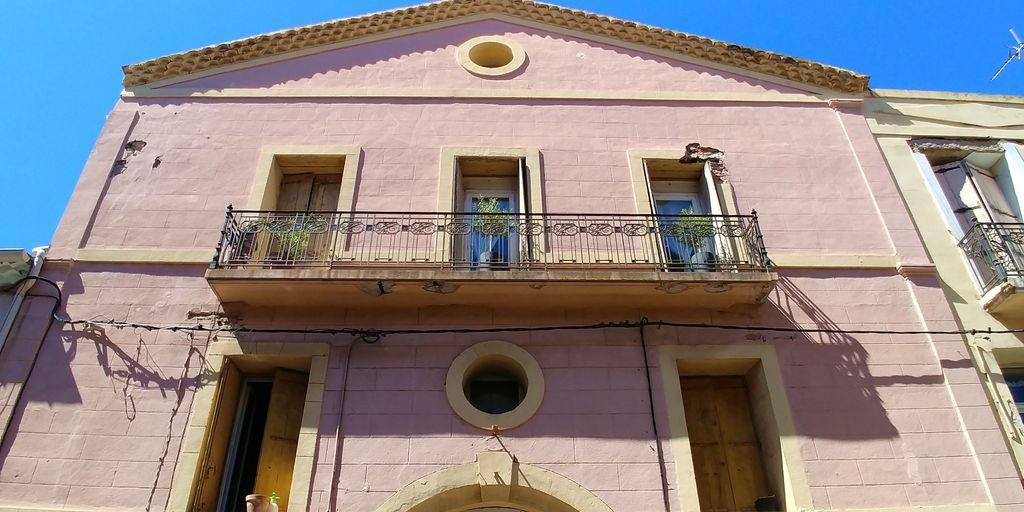 maison rose dans les hauteurs de sète