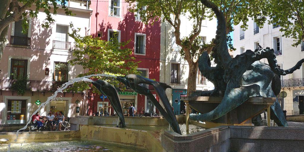 place de la mairie avec sculpture de poulpe